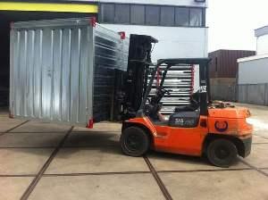 Déplacement d'un container de stockage en kit avec un chariot élévateur